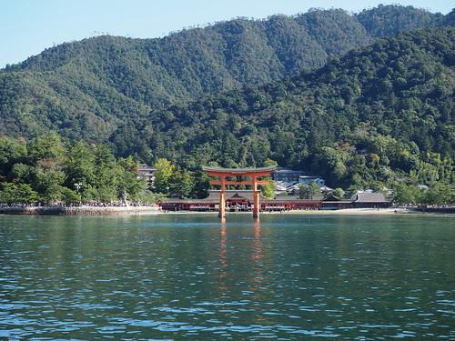 船上から厳島神社を望む