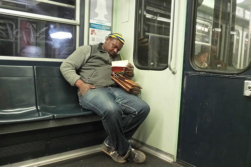 Comodamente in metro con un #libro