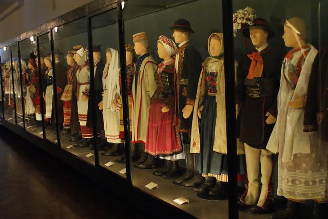 Une partie des collections de costumes du musée de Cracovie.