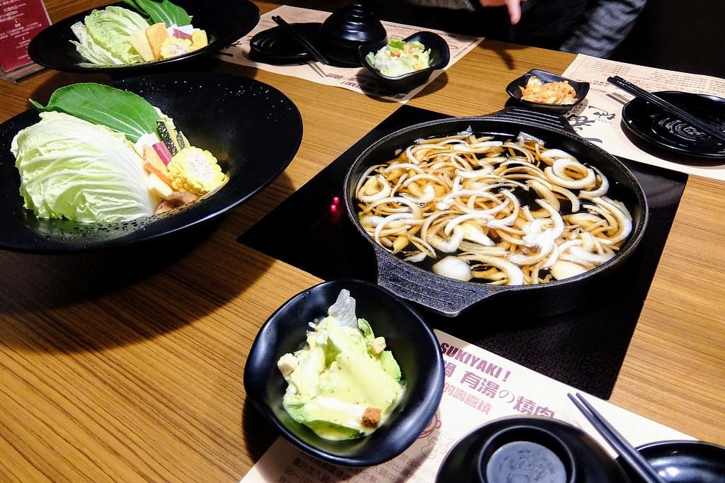 壽喜燒的鍋和基本的菜盤
