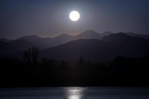 twilight sunset frontrange loveland colorado lake reflection water light sky mountains peaks silhouette larimercounty coloradolandscape landscapephotography coloradophotography photosofloveland frontrangephotography