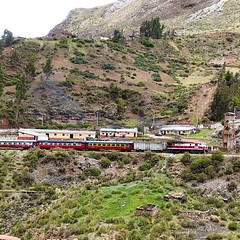 "El  tren mas alto del mundo, El ""Tren Macho"" llegando a Hancavelica, el Tren Macho tiene hora de salida pero no hora de llegada. #ig_peru #igersperu #ig_peru_ #huancavelica #peru #lanscape"