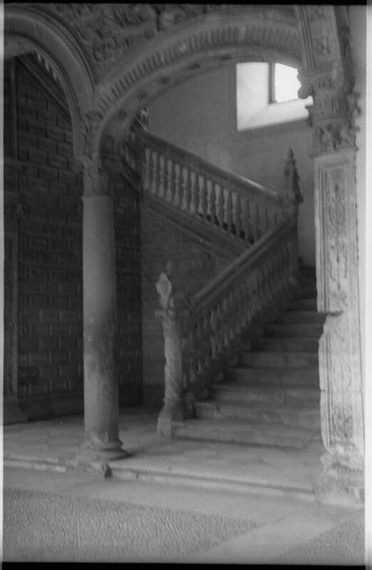 Escalera del Hospital de Santa Cruz en Toledo a mediados del siglo XX. Fotografía de Roberto Kallmeyer © Filmoteca de Castilla y León. Fondo Arqueología de Imágenes