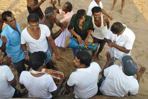 116 Atardecer en la playa, fiesta con locales y anochece en el templo en Kirinda (10)