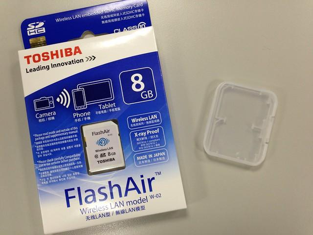 我買的店家還送一個兩片裝的記憶卡儲存盒,是我想要的贈品XD@TOSHIBA FlashAir 記憶卡