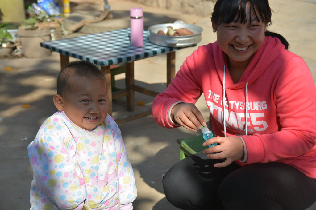 Picture of a baby and mom playing with bubbles from REAP's parenting program in rural China
