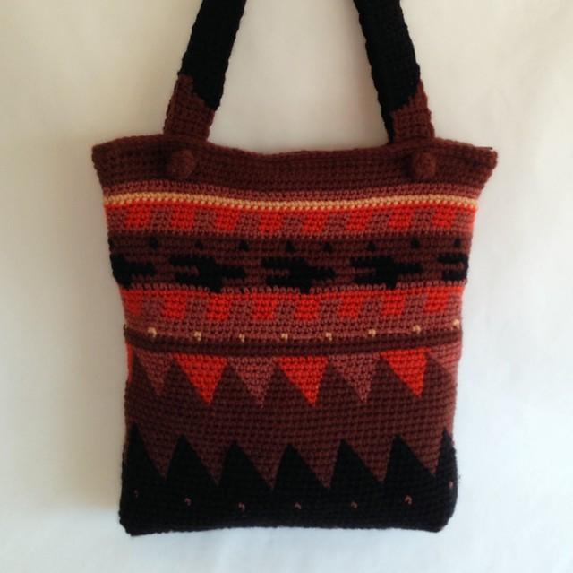 Bolso a crochet con formas geométricas