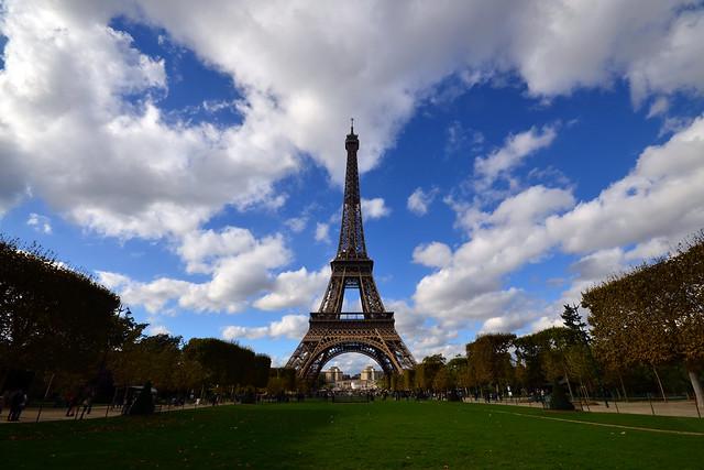 La torre Eiffel de París desde los campos de Marte, una estampa preciosa