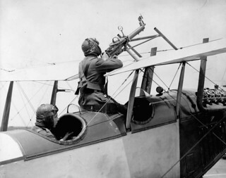 A Curtiss JN-4 gun installation, pilot's gunnery, Royal Flying Corps... / Un avion Curtiss JN-4 doté d'une mitrailleuse intégrée, artillerie du pilote, Royal Flying Corps [corps royal d'aviation]...