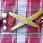 Hausgebeizter Lachs mit Salat von grünem Spargel und gedämpftem Chicorée