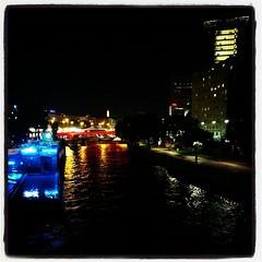 Lite ljus och lite färg, här och där, längs vattnet. #Wien #Vienna