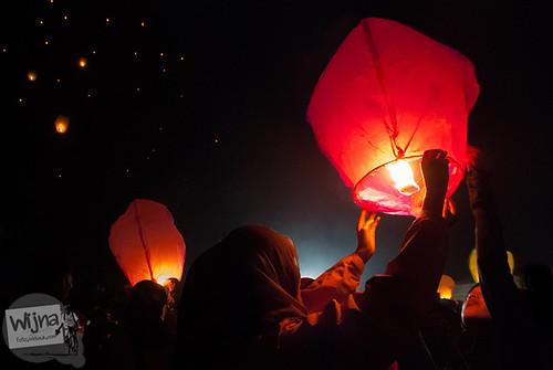 Ekspresi cewek-cewek senang saat menerbangkan lampion pada acara Dieng Culture Festival 2014 di Banjarnegara, Jawa Tengah