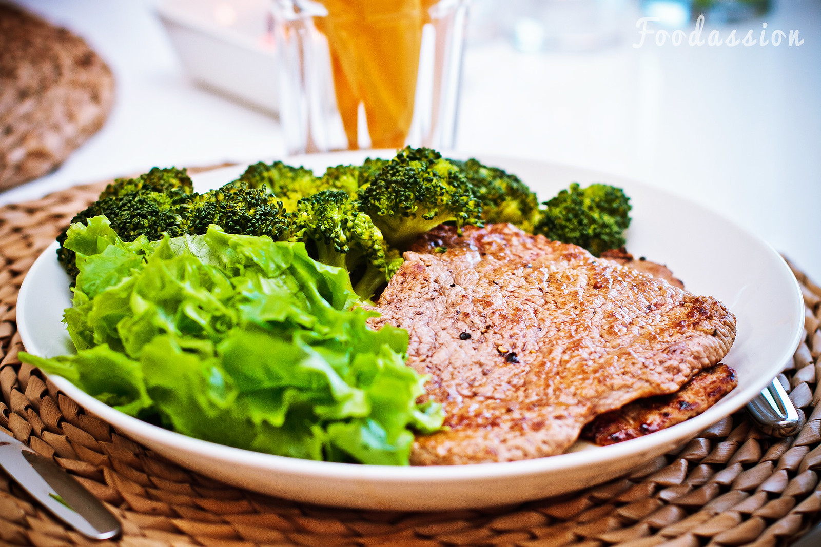 Pihvi, parsakaalia ja salaattia