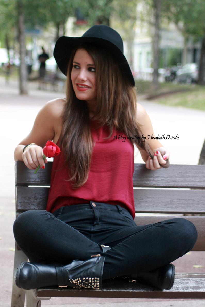 sombrero-negro-stradivarius---camiseta-burgundy-y-botas-XTI-HEELSANDROSES-(10)