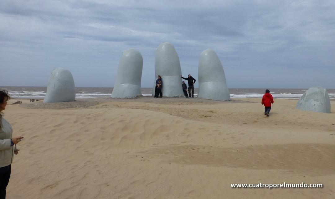 Escultura de la mano en Playa Mansa, en Punta del Este