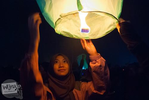 Gadis cantik menyulut api pada lampion di Dieng Culture Festival 2014