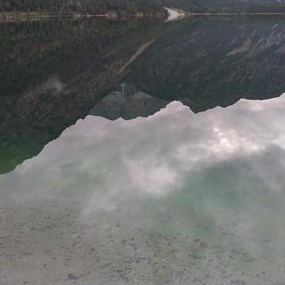 Verkehrtrume Berge in spiegelglattem #plansee auf grünem Wasser #Tirol #Österreich #Urlaub