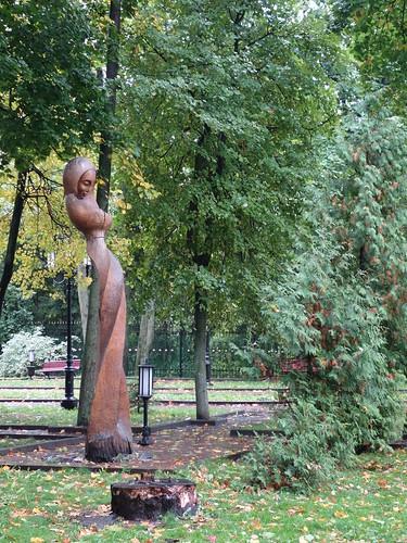 Le parc de Bryansk, avec de belles statue de bois
