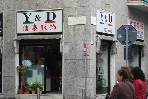Y&D, tricolore e scritte in #cinese