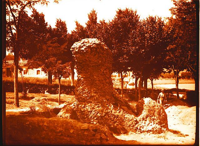 Excavaciones en el circo romano de Toledo a comienzos del siglo XX. Fotografía de Pedro Román Martínez © Fondo Rodríguez de la JCCM, Archivo Histórico Provincial de Toledo. Signatura R-143-1-09