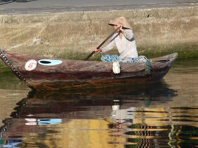 Mujer en barca en Hoi An (Vietnam)