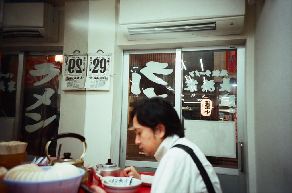 元祖ラーメン長浜家 Fukuoka / Kodak Pro Ektar / Lomo LC-A+ 看到店家上面的日曆,趕緊用相機紀錄起來,在我生日的這天!  好想等這一天結束後,拿走我這張,哈!  拉麵好吃,雖然之前我都吃對面那間,這次稍微嘗試不一樣的!  Lomo LC-A+ Kodak Pro Ektar 100 4894-0028 2016-09-29 Photo by Toomore