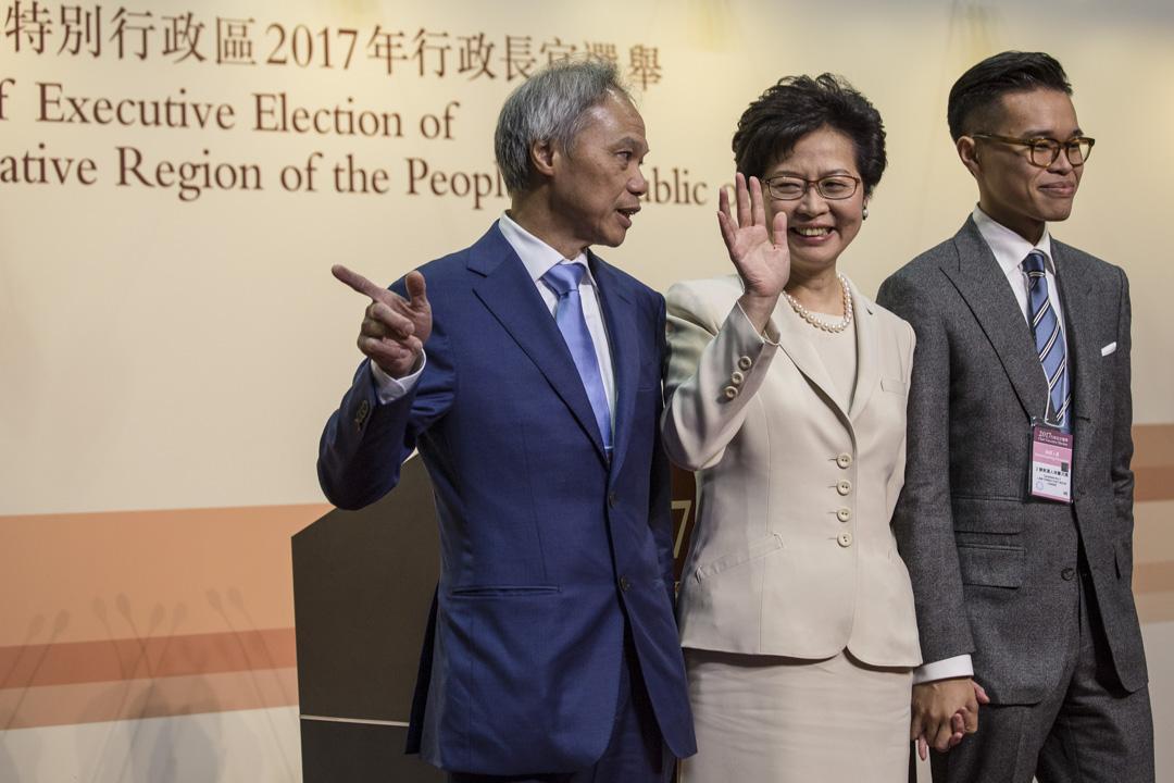 林鄭月娥勝出特首選舉後,與丈夫林兆波以及長子林節思一同合照及見傳媒。