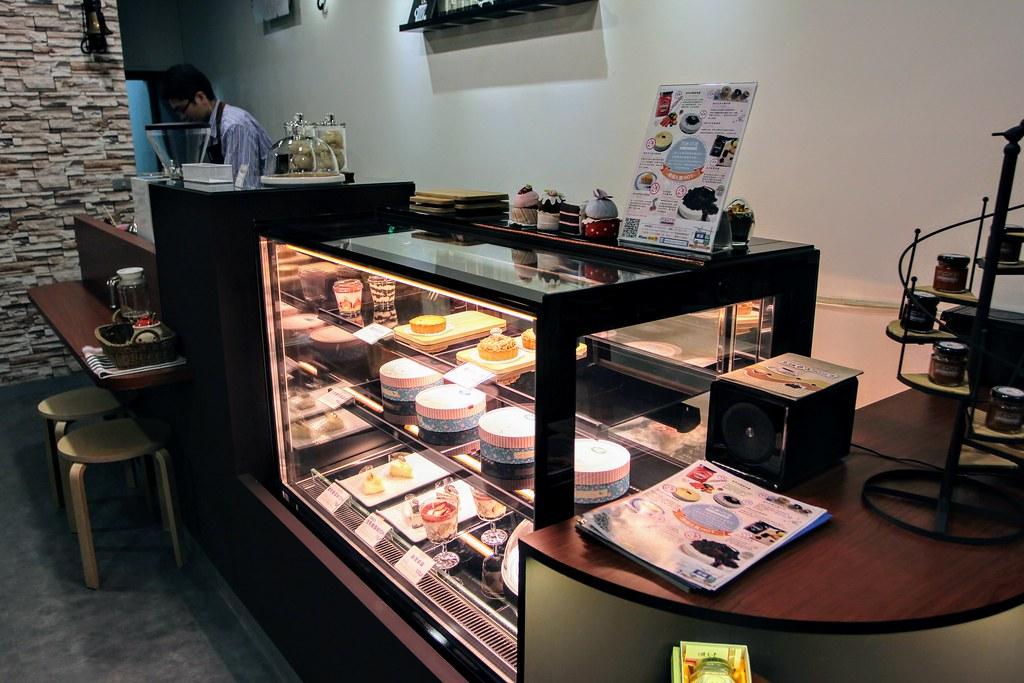店內一景,櫥窗內有很多甜點蛋糕