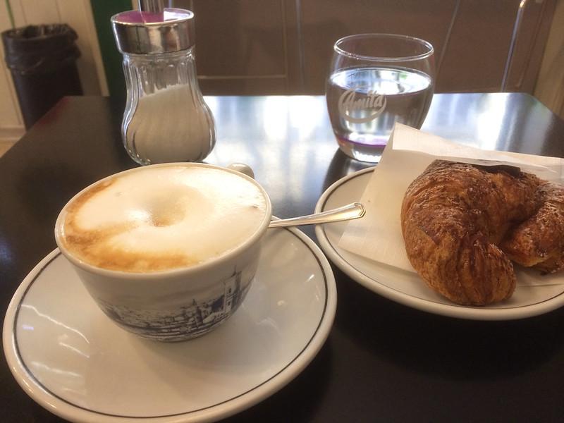 カプチーノとショコラブリオッシュの朝食