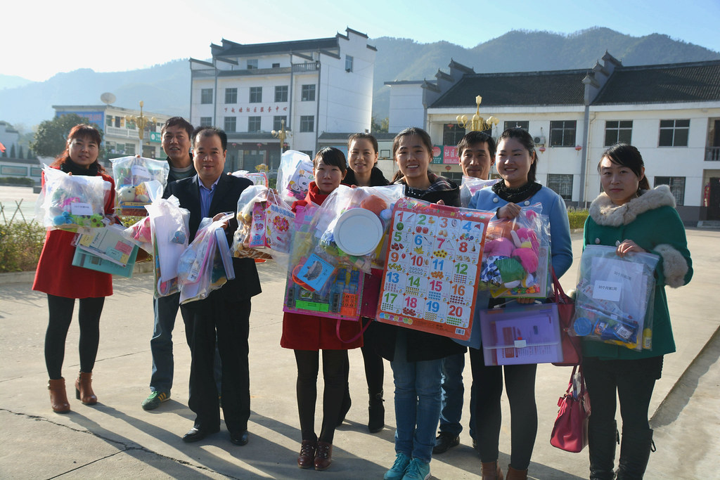 Picture of REAP's parenting team with toys and books in rural China