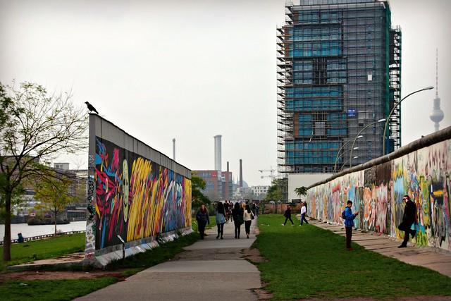 Paloja Berliinin muurista