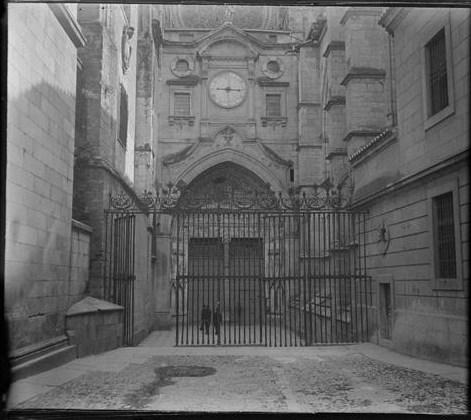 Puerta del Reloj de la Catedral hacia 1915. Fotografía de Aurelio de Colmenares y Orgaz, Conde de Polentinos Ⓒ Fototeca del IPCE, Ministerio de Educación, Cultura y Deporte. Signatura DCP-A-2645_P