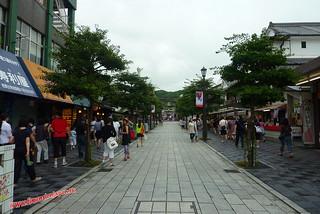 P1060385 Calle de tiendas hacia el  Tenmangu  (Dazaifu) 12-07-2010 copia