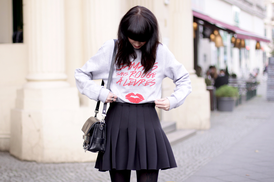 jamais sans rouge a levres jsral sweatshirt paris french kiss lips shirt skirt proenza schouler ps11 ootd outfit blogger fashionblogger ricarda schernus cats & dogs 4