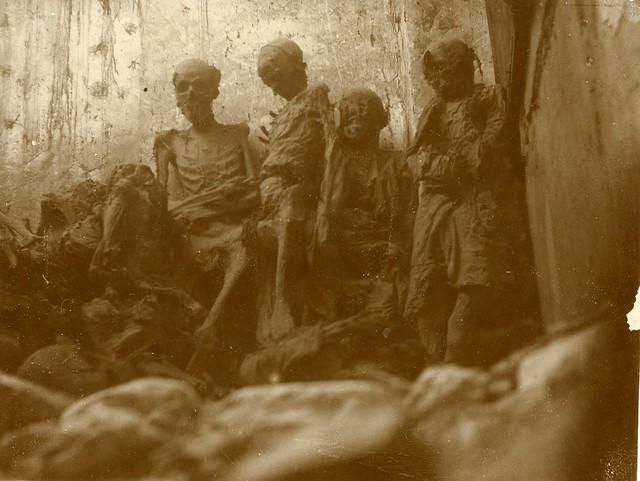 Momias de San Román en 1905. Fotografía de Rodríguez © Real Academia de Bellas Artes y Ciencias Históricas de Toledo