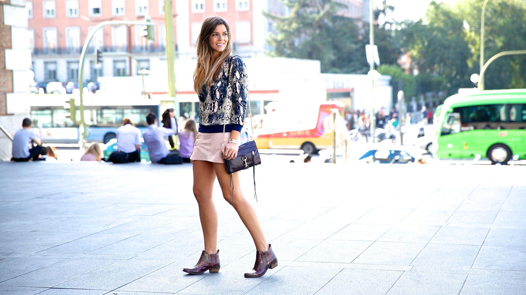 trendy_taste-look-outfit-street_style-ootd-blog-blogger-fashion_spain-moda_españa-girissima.com-sweatshirt-sudadera-estampado-crocodile-cocodrilo-botines-booties-pink_skirt-falda_rosa-7