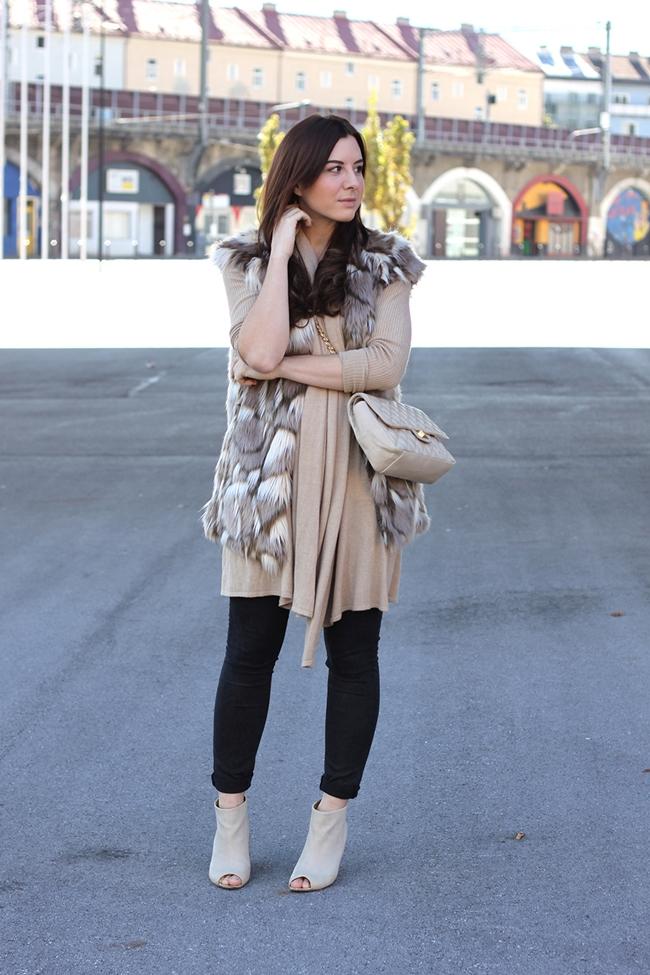 whoismocca-fashionblog-beautyblog-interiorblog-fakefur-weste-zara-cos-peeptoe-wedges-cardigan-gesteppte-tasche-chanel-04