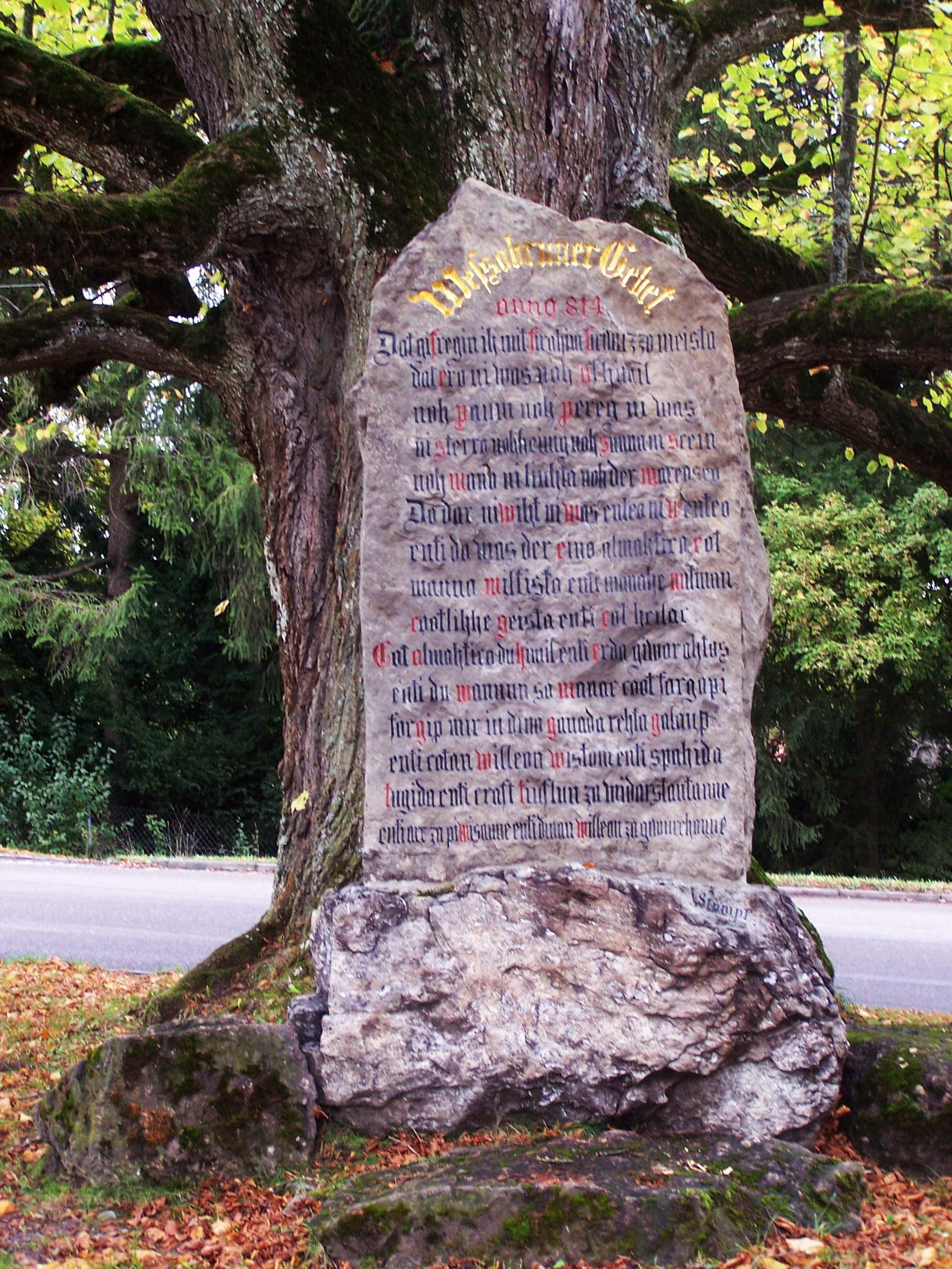 Wessobrunner Gebet, Gebtetsstein unter der Gebetslinde auf dem Lindenfleck