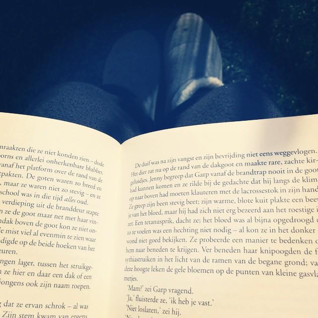 Boek, pantoffels, zon, terras. #happybookwurm