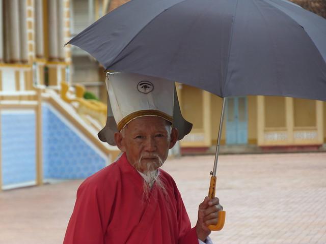 Sacerdote del Cao Dai en Vietnam