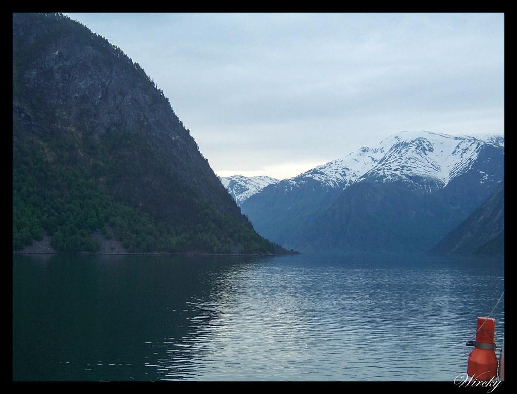 Fiordos noruegos fiordo sueños cascada Tvindefossen iglesia Kaupanger -Fiordo de los sueños