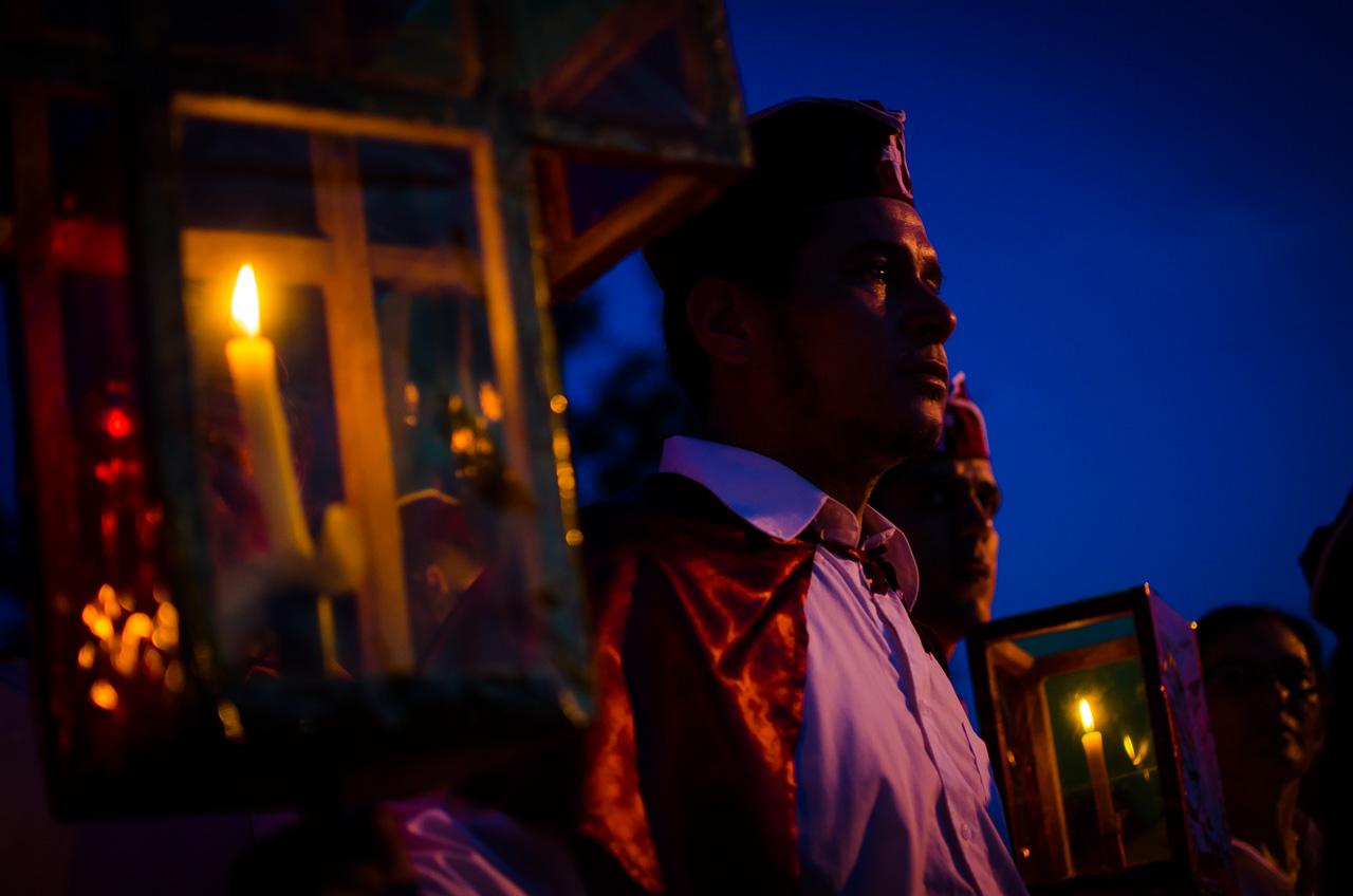 Un integrante del elenco de los estacioneros, aguarda el encuentro con la Virgen Dolorosa que se acerca. Los estacioneros son conjuntos de hombres y mujeres que entonan canciones y rezan mientras realizan la vía crucis. (Elton Núñez).