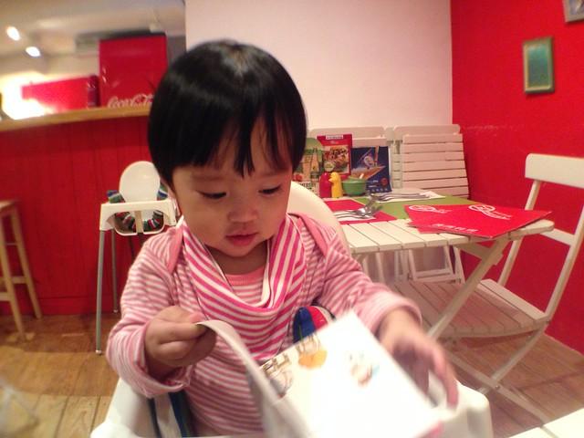 等馬麻吃飯時自己看書(顯然看不了幾秒XD)