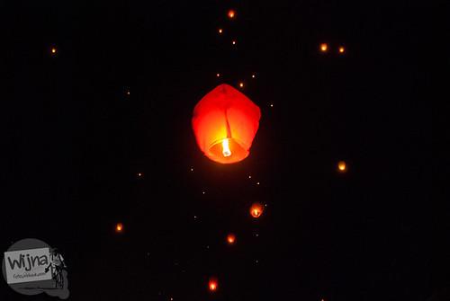 Menerbangkan lampion berwarna merah di acara Dieng Culture Festival 2014