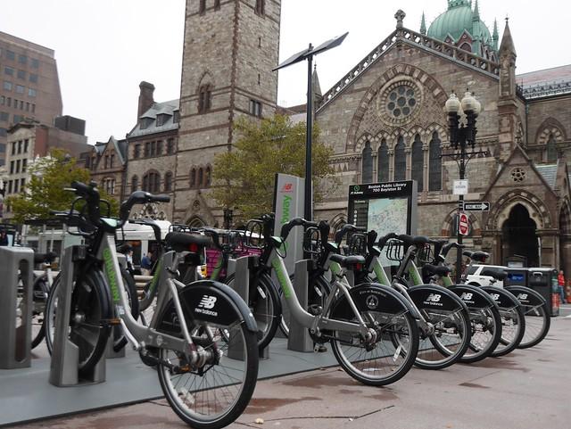 土, 2014-10-04 12:10 - Copley Squareに並ぶHubway自転車