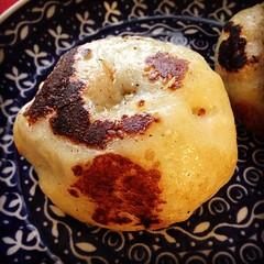 昨日の朝に食べる予定だった(バスの遅れで見送られた)おやきを焼き直して本日の昼メシに。