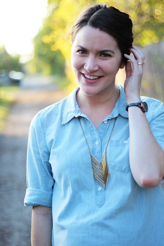 chambray-shirt-with-jeans-maternity-4