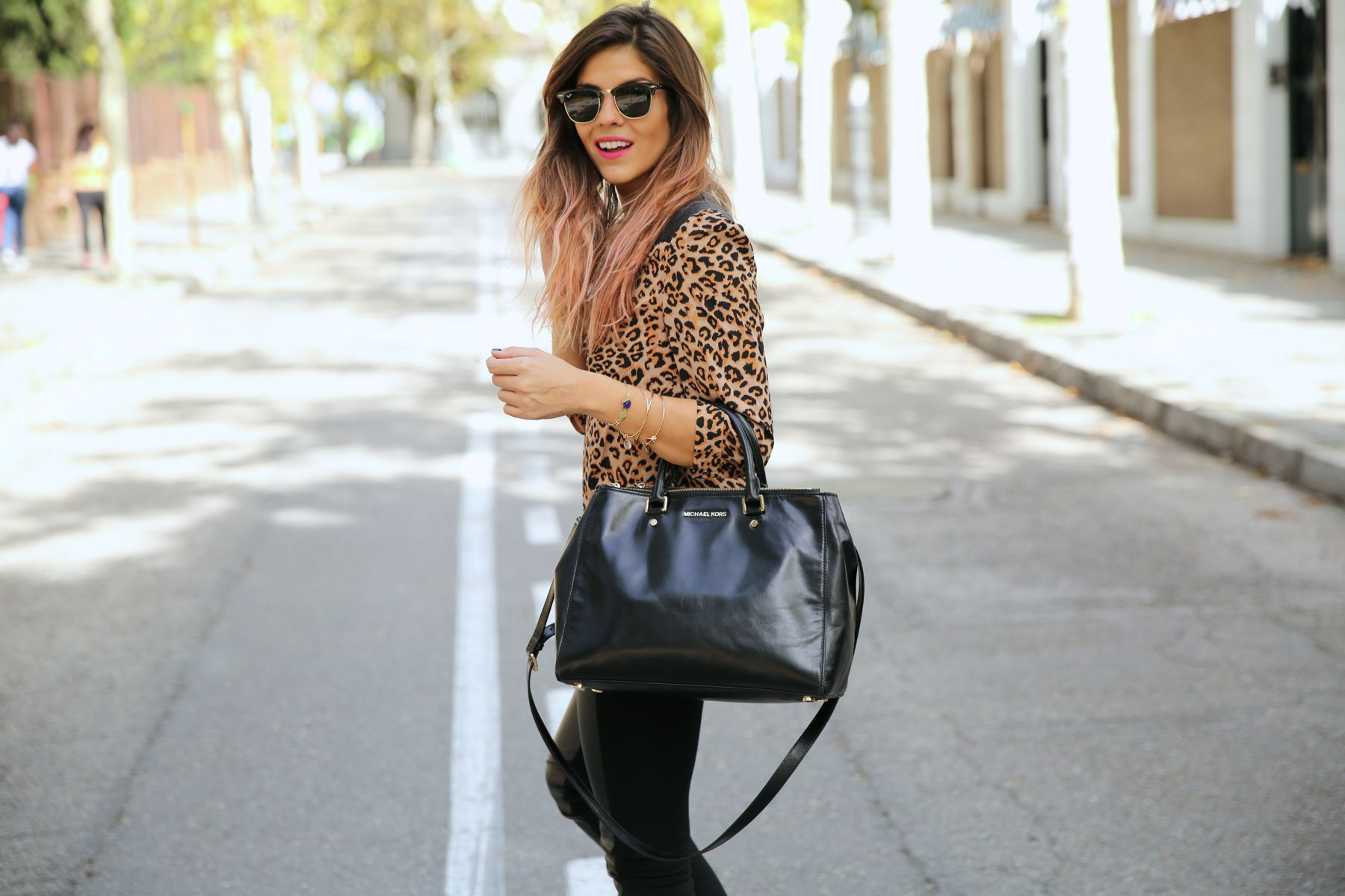 trendy_taste-look-outfit-street_style-ootd-blog-blogger-fashion_spain-moda_españa-leo_print-leopardo-converse-all_star-michael_kors-leggings-clubmaster-7