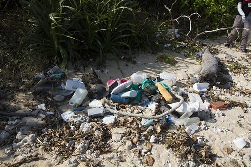吉原沙灘上布滿垃圾,大多是漁業用具及保特瓶等物品。