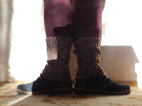 ноги в гетрах на ковре 1 позиция